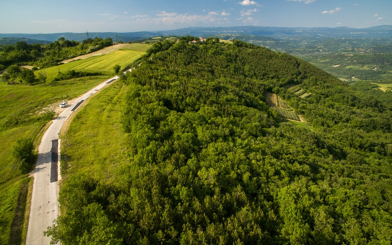 Attractive building plot with panoramic view of Istrian landscape, near Motovun