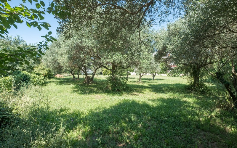Building plot with a permit in Premantura area of 584 m² and distance 350 m from the beach