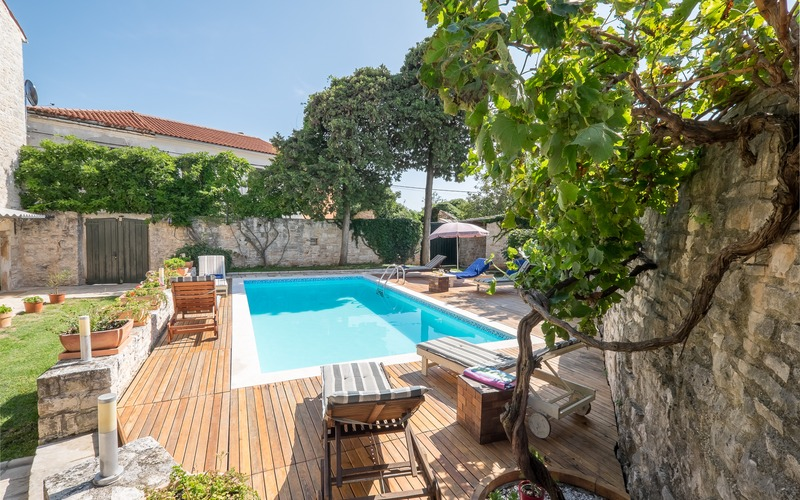 Charming stone beauty with swimming pool in Svetvinčenat center
