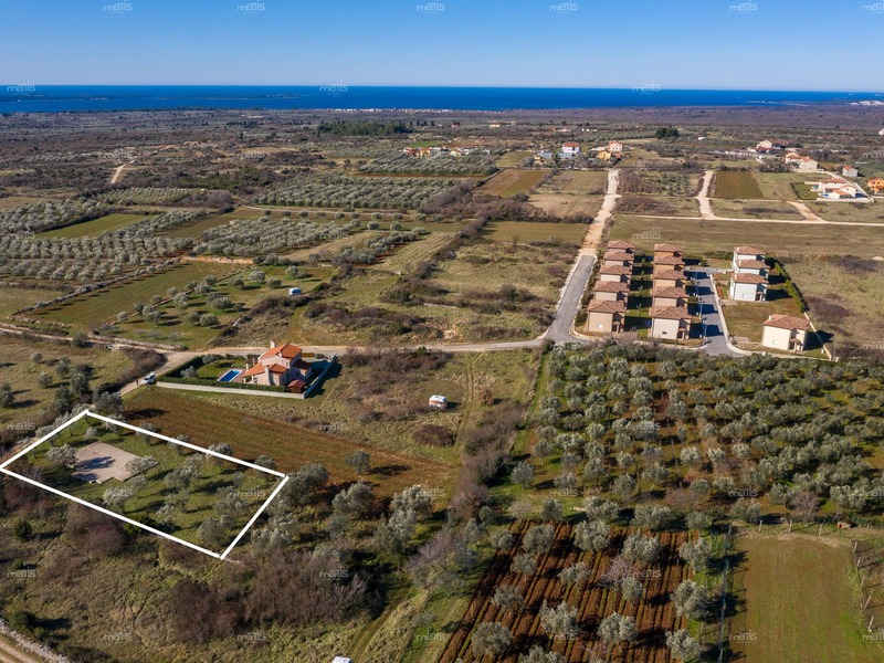 Attractive building plot for sale with construction permit and sea view, Vodnjan