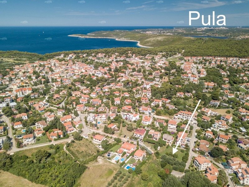 Building plot with a permit in Premantura area of 703 m² and 350 m from the sea