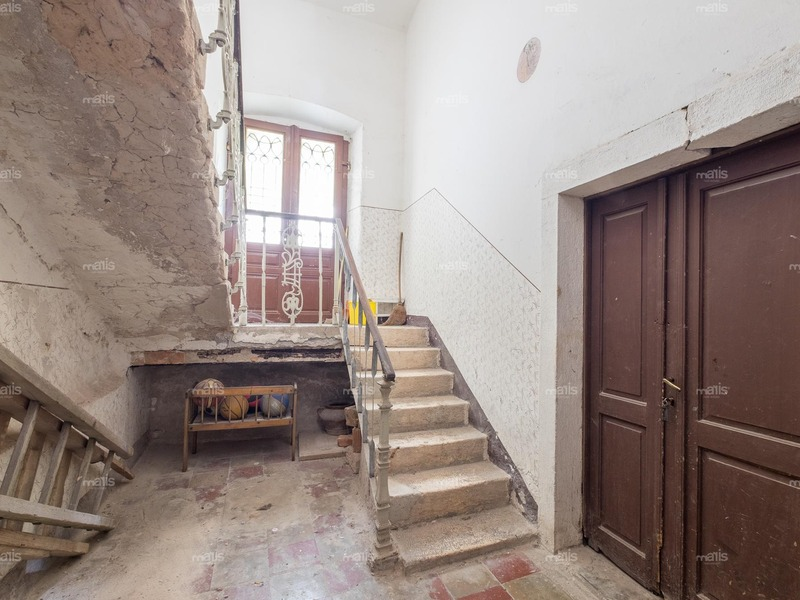 In the center of Pula is a two bedroom flat with the garden and detached lower ground